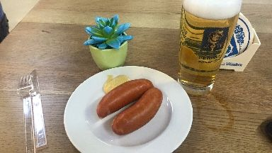 Käskrainer und Helles von Augustiner am Terminal C im Flughafen Tegel