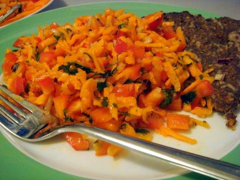 Karotten-Paprika-Salat mit Hackfleischkuchen